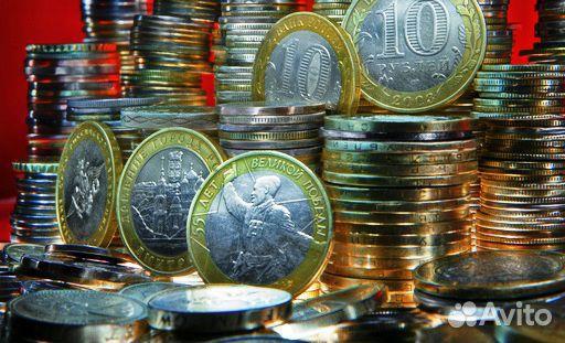Широкий ассортимент золотых и серебряных монет разных стран, украшенных изображением дракона