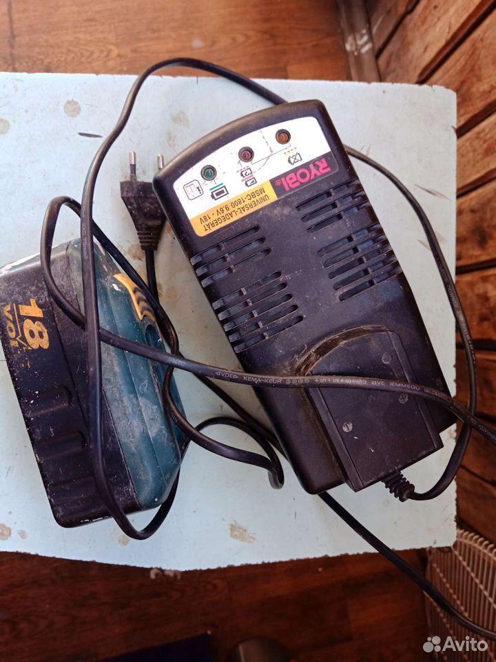 Зарядка и аккумулятор на Riobi зарядка в рабочем с
